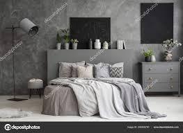Esche Grau Schlafzimmer Innenraum Mit Zwei Schwarzen Gemälde Der