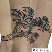 уроборос в виде крылатого дракона браслет тату на голени у