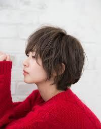 くせ毛風ショートふんわり隠れパーマでくせ毛の悩みを強みに変える