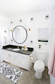 Love this guest bathroom makeover (click through for before + after photos!