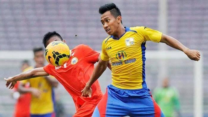 Antoni Nurgoho (kanan) bermain di Barito Putera.