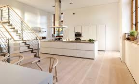 Eine offene Küche mit Dinesen Douglasie Dielenboden ist ein Traum ...