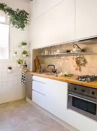 Cocina Con Muebles En Blanco, Encimera De Madera Y Suelo De Microcemento.  Un Suelo