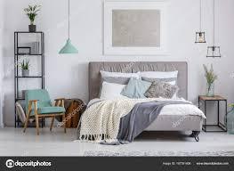 Adorable Schlafzimmer Mit Minze Stuhl Stockfoto Photographeeeu
